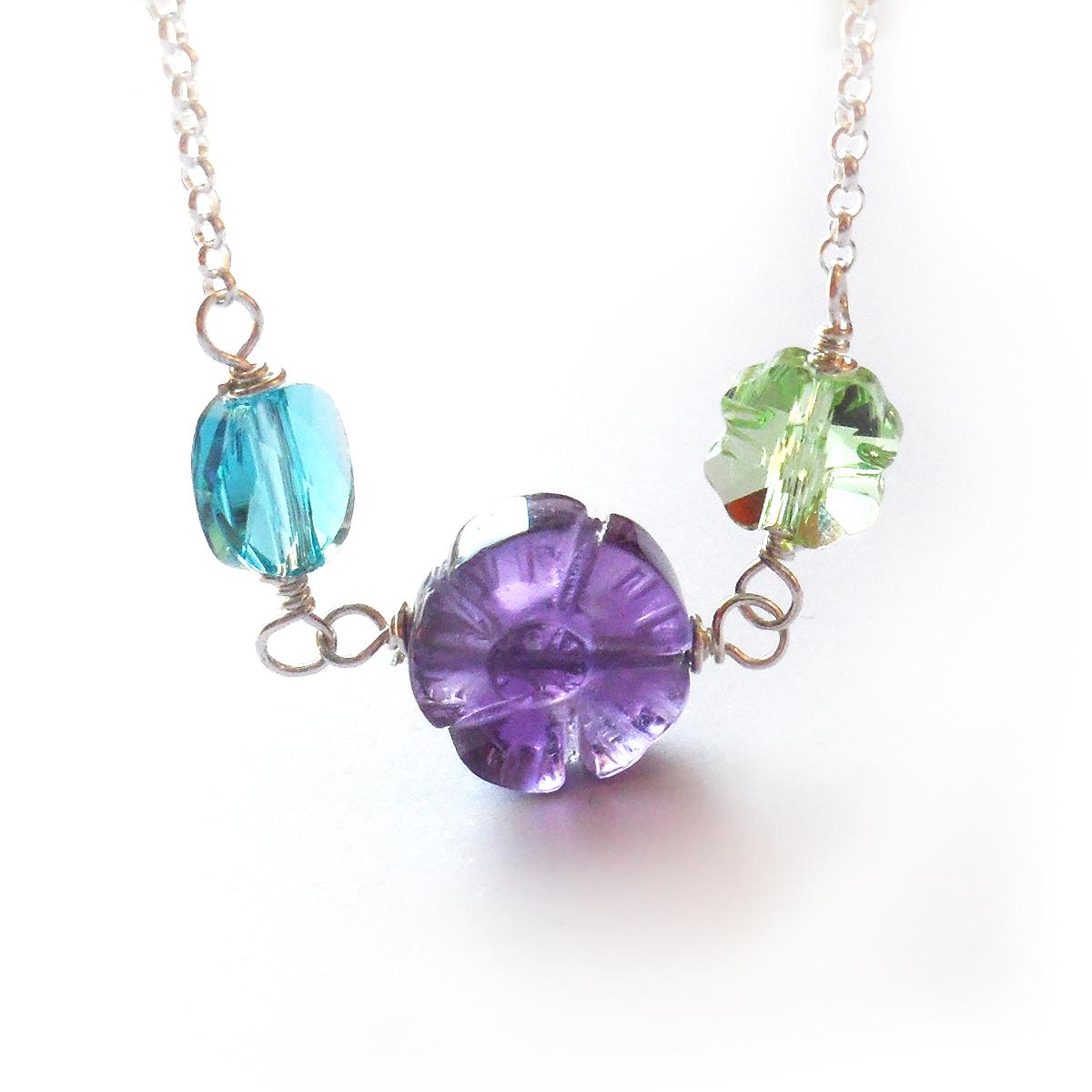 collar-lucia-con-flor-de-piedra-natural-amatista-y-cristales-de-swarovski-verde-y-azul