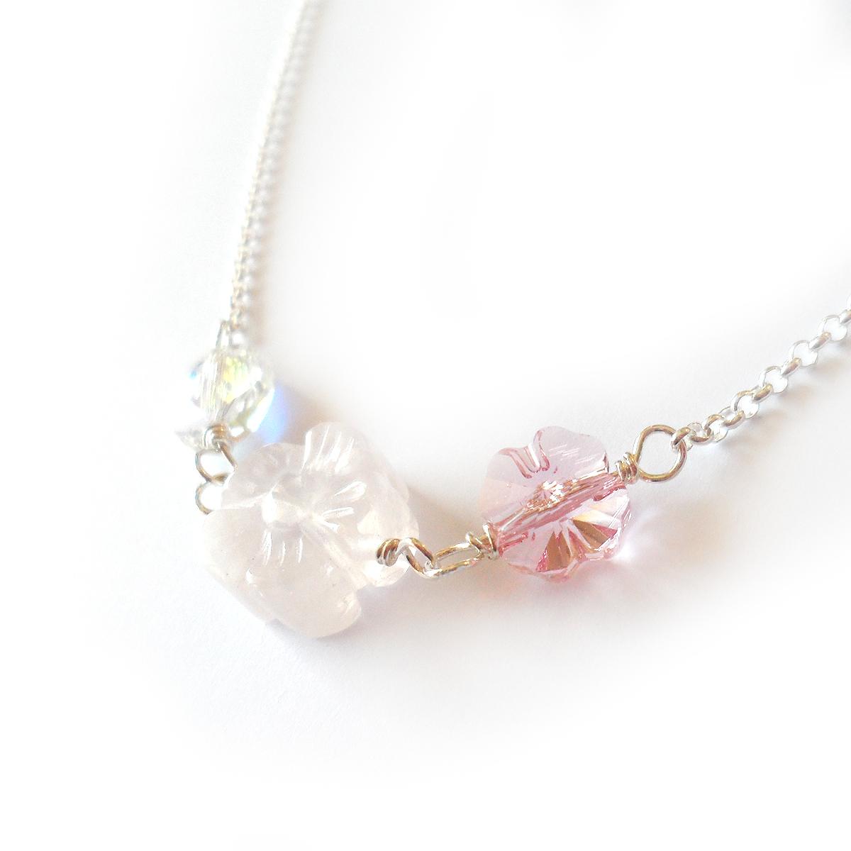 collar-penelope-con-flor-de-piedra-natural-cuarzo-rosa-y-cristales-de-swarovski-rosas-4