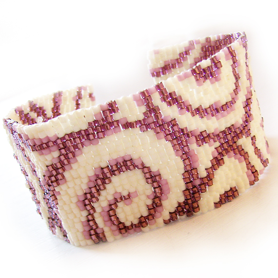 pulsera ancha espirales con abalorios de cristal blanco y lila